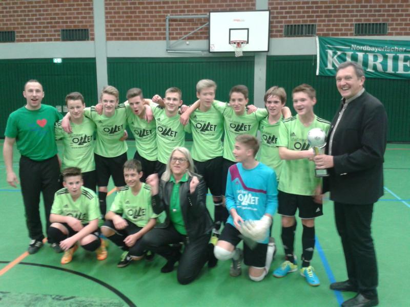 Unsere C-Jugend holte sich zum zweiten Mal in Folge den Landkreispokal beim Hallenfußballturnier des Nordbayerischen Kuriers. Landrat Hermann Hübner gratulierte herzlich!